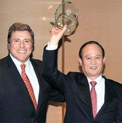 李采郁(イ・チェウク)仁川(インチョン)空港社長(右)がグローバルトラベラーの世界最高空港賞を受賞した後、賞牌を見せている。[仁川空港提供]