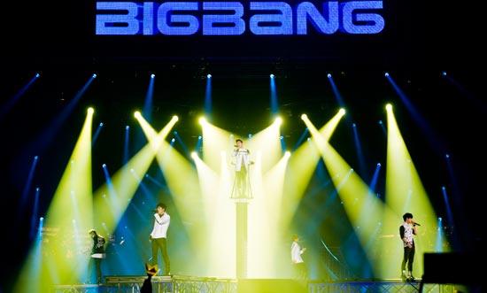 4日、ソウルオリンピック体操競技場で「YGファミリー15周年コンサート」が開かれ、BIGBANGが熱唱している。BIGBANGの5人のメンバーは7カ月ぶりに同じ舞台に立った。(写真=YGエンタテインメント提供)