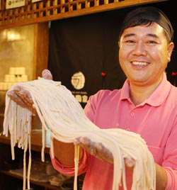 釜山の讃岐うどん専門店「武田屋」でミン・ヒョンテク(43)さんが麺を見せている。 日本で3年間の修行を積んで店を出した。 ミンさんは「飲食店は真心が競争力」と話す。