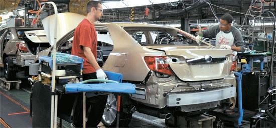 6日にトヨタ自動車のケンタッキー工場で従業員がニューカムリの組み立てと検収作業をしている。1986年に設立したケンタッキー工場は年間50万台を生産するがこのうち70%がカムリだ。来年1月に韓国で市販するニューカムリもここで生産される。