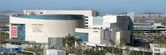 ロッテグループはソウル金浦(キンポ)空港にショッピング空間と娯楽施設が一つになった「ロッテモール」を9日にオープンする。ホテルのほか、映画館、文化センター、公園もあり、ショッピングはもちろん、余暇生活も楽しめる。