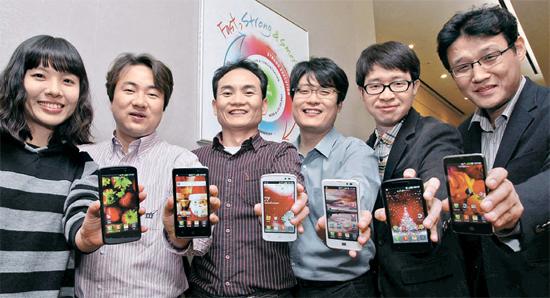 LG電子MC研究所の「オプティマスLTE」開発チームのイ・ソクス研究員(右)は「この製品を開発してから'自分たちもできる'という自信を得た」と語った。