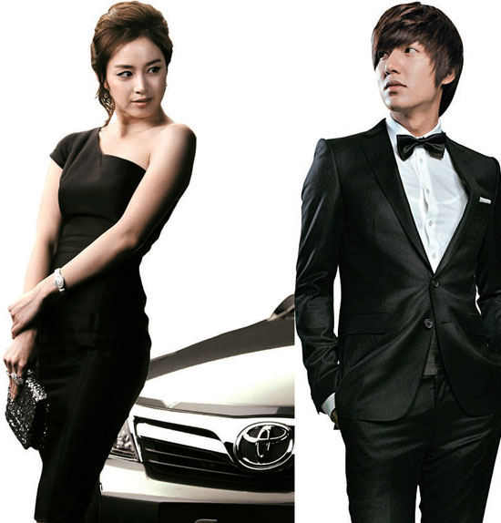 韓国トヨタが来年1月に発売される新型カムリの広告モデルにキム・テヒ(左)を起用した。一方「花より男子」に出演した韓流スターのイ・ミンホが米国内の新型カムリの広告モデルにキャスティングされた。全4編で構成されたティーザー広告は10月からトヨタホームページとフェースブックを通じて広まっている。イ・ミンホ(右)。