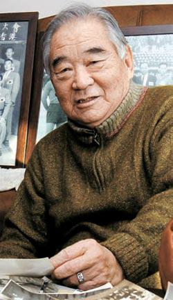 朴景浩(パク・ギョンホ)先生が京畿道楊州(キョンギド・ヤンジュ)の自宅で、1956年アジアカップ優勝当時の写真を見ながら当時を振り返っている。