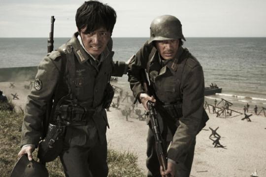 宿命的なライバルの2人の主人公キム・ジュンシク(チャン・ドンゴン、左側)と長谷川辰雄(オダギリジョー)は2回にわたって軍服を変え、ノルマンディー海岸まで行き着く。戦争という極限状況をともに経験して、2人の間の敵意は友情に変わっていく。