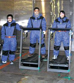07年、京畿道華城(キョンギド・ファソン)の自動車性能試験所で行われた仁済(インジェ)大研究チームの「韓国型体感温度」実験。実験者の顔にセンサーを付着し、氷点下の温度で風の強さを変えながら熱の流れを測定した。
