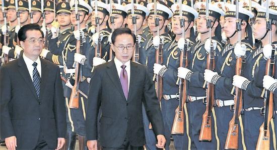 中国を国賓訪問中の韓国の李明博(イ・ミョンバク)大統領が9日、北京人民大会堂で開かれた公式歓迎式で、中国の胡錦濤国家主席と閲兵している。