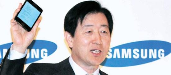 「CES2012」に参加したサムスン電子の崔志成副会長が9日、「新しい製品は使わなければわからない。私はお手洗いに行く時もギャラクシーノートを持って行く。今回のあいさつの言葉をここに書いてきた」と話した。