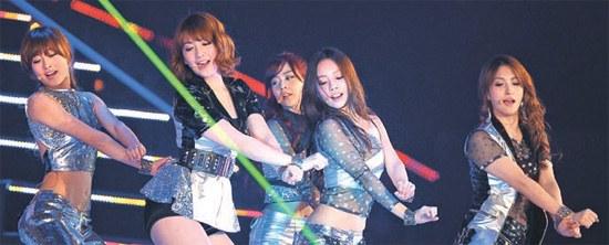 KARAが「ゴールデンディスク授賞式イン大阪」の舞台でダンスをしている。