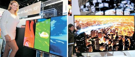 LG電子はCESに「シネマ3D OLEDテレビ」を投入した。55インチ画面のこの製品は現在世界で最も大きいOLEDテレビだ。写真右はサムスン電子がCESで公開した「スーパーOLEDテレビ」。この製品は今年この展示会の「最高革新賞」を受賞した。