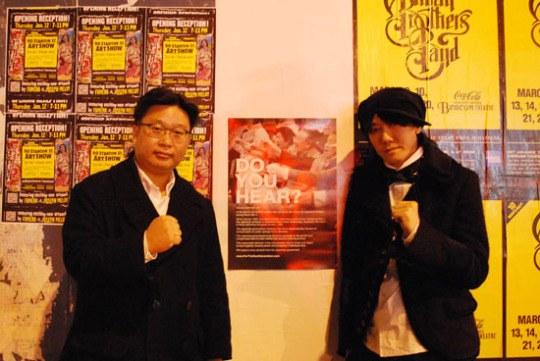 慰安婦問題で再びタッグを組んだ徐敬徳(ソ・ギョンドク)誠信(ソンシン)女子大客員教授(左)と歌手のキム・ジャンフン。