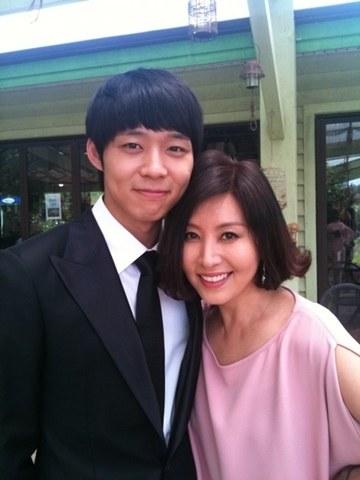 JYJのパク・ユチョン(左)と女優のチェ・ミョンギル(写真=チェ・ミョンギルのツイッター)。