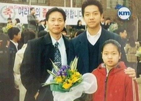 (左から時計回りに)父親、イ・スンギ、妹(写真=オンラインコミュニティ)。