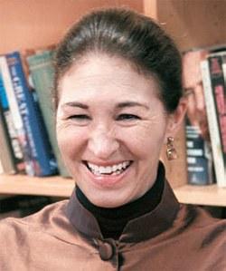 米プリンストン大学のアンマリ・スローター教授が研究室でインタビューに応じながら笑っている。