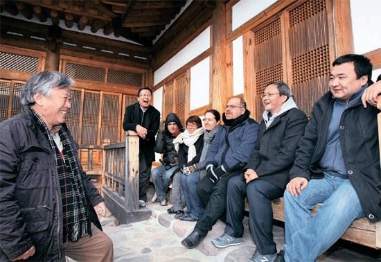 小説家の李文烈氏(左)が故郷の慶尚北道陽郡のトゥドゥル村で翻訳家と討論している。