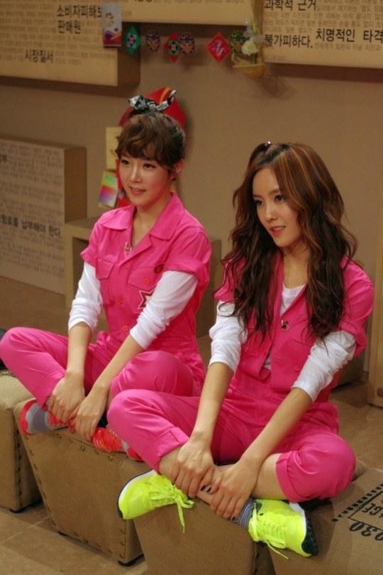 ガールズグループT-ARA(ティアラ)のソヨン(左)とヒョミン(写真=JTBC提供)。