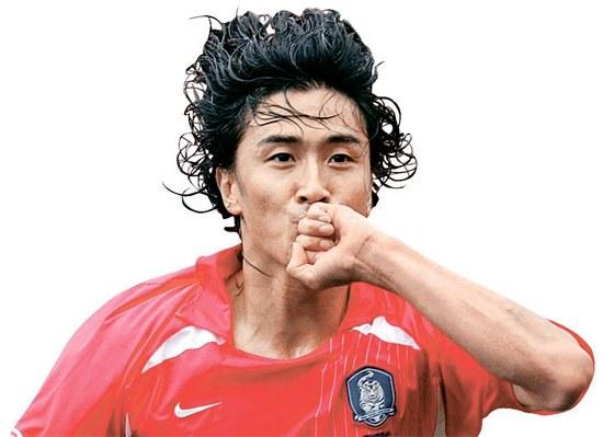 """1月31日、現役引退した安貞桓(アン・ジョンファン、36)。02年韓日ワールドカップ(W杯)でゴールを決めたときに指輪にキスをして""""指輪の帝王""""と呼ばれた。"""