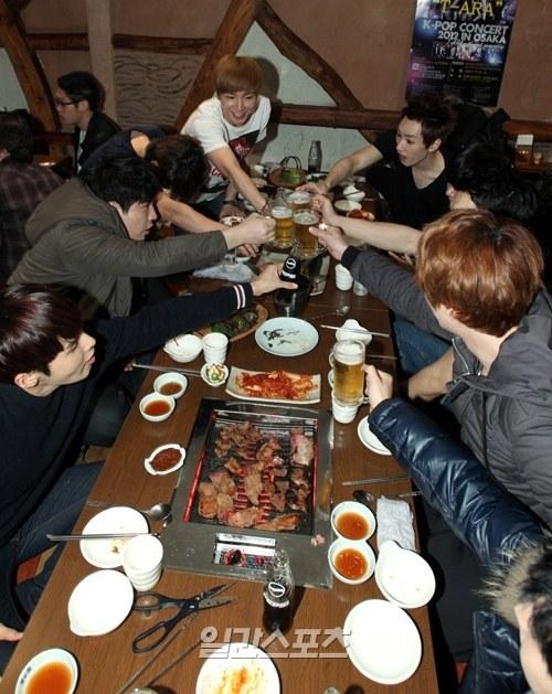 先月11日に大阪で行われたゴールデンディスク授賞式1日目の後、韓国食堂で打ち上げを楽しむSUPER JUNIOR(スーパージュニア)のメンバー。