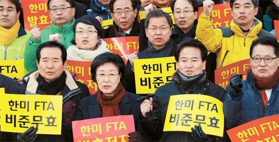 民主統合党指導部と議員、総選挙立候補者が8日、ソウル・世宗(セジョン)文化会館で「韓米FTA発効手続きを中断せよ」というスローガンを叫んでいる。