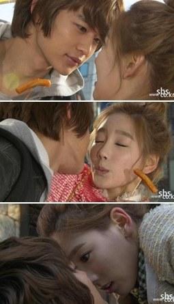 SHINee(シャイニー)のミンホ(左)と少女時代のテヨン(写真=SBS提供)。
