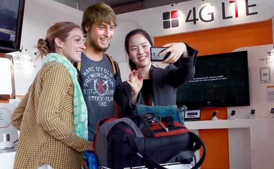 7日、出国を控えている外国人観光客が、仁川空港の「T.um Airport」でスタッフと一緒にLTEフォーンを試している。