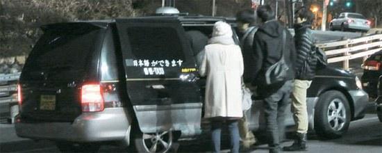 写真=7日、ソウル竜山区(ヨンサング)南山(ナムサン)Nタワーケーブルカーのチケット売り場の前で、外国人観光客が違法コールバンに乗っている。コールバンには「日本語を話せます」と書かれている。