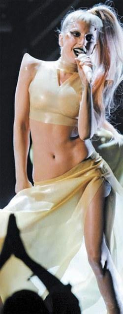 今年4月、ソウルを皮切りにワールドツアーにスタートさせるレディー・ガガ。写真は昨年のグラミー授賞式で公演している様子。