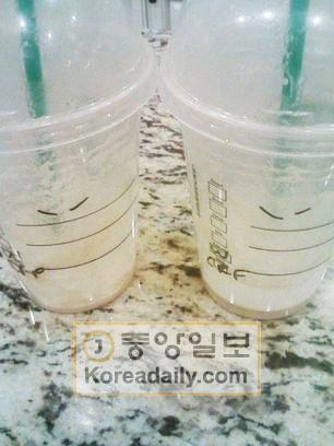 """先月、米アルファレッタ・ノースポイントのショッピングモール内にあるスターバックスで、韓国人のナム氏らが店員から受け取ったコーヒーカップ。アジア人を侮辱する""""つり目""""が描かれている。"""