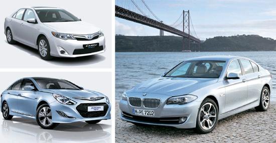 今年上半期に韓国ハイブリッド車市場で競争を始めたトヨタのニューカムリハイブリッド(左上)と現代(ヒョンデ)車のソナタハイブリッドスマート(左下)。 春に登場するBMWのアクティブハイブリッド5(右側の写真)はBMW5シリーズを基盤としている。
