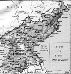 フランス地図制作会社のラルース(Larousse)の2012年版『ラルース小百科事典』と『世界社会・経済図鑑』に、東海のフランス語表記である「MER DE L'EST」(写真)が大文字で表記されている。