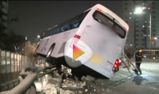 20日午後8時ごろ、ソウル西大門区(ソデムング)の金華(クムファ)トンネルの前の高架道路で衝突事故を起こした観光バスが間一髪でガードレールに引っかかっている。(写真=JTBCニュース放送キャプチャー)。