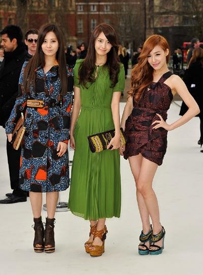 左から、少女時代のソヒョン、ユナ、ティファニー。