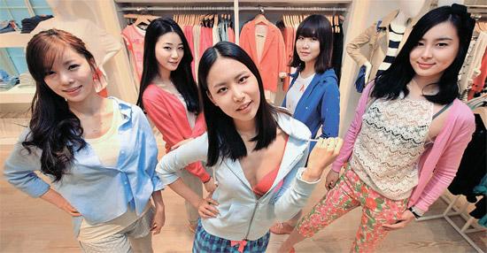 第一毛織のSPAブランド「8seconds」が23日にソウル新沙洞(シンサドン)街路樹通りに、24日にはソウル明洞(ミョンドン)に店舗をオープンする。 男性服、女性服、デニム、ラウンジウエア、アクセサリーなどをそろえている。 第一毛織は「感覚的ながらも韓国人の体型に合った製品で、5年以内にユニクロの売上高に追いつくのが目標」と明らかにした。