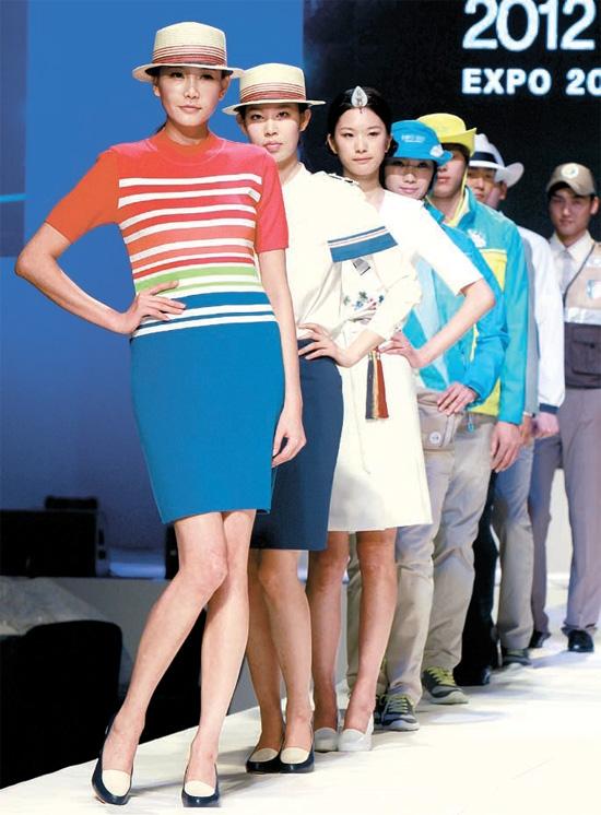 22日、ソウル新羅ホテルで開かれた2012年麗水(ヨス)エキスポのユニフォーム発表会で、モデルがユニフォームを披露している。