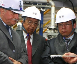 23日、ボリビアのエチャス蒸発資源局長(左)がリチウム抽出技術の試演過程を見ている。