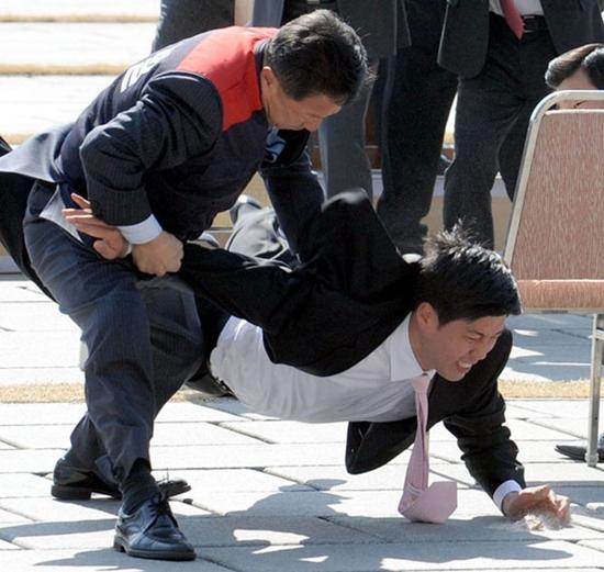 青瓦台(チョンワデ、大統領府)の警護員が対テロ訓練の様子を披露している。