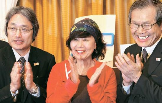 28日に福岡で開かれた九州オルレコース発表会。左から九州運輸局の玉木知良局長、済州オルレの徐明淑理事長、九州観光推進機構大江英夫本部長。