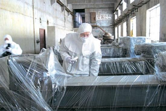 北朝鮮が核施設の無能力化措置を取った直後の08年2月、寧辺を訪問したスタンフォード大のヘッカー博士が核燃料加工工場でビニールに包まれた装備をチェックしている。北朝鮮はヘッカー博士が2010年11月に再訪朝した当時に公開したウラン濃縮施設の稼働を中断するという立場を、先月23、24日に行われた米朝協議で表明したと把握されている。