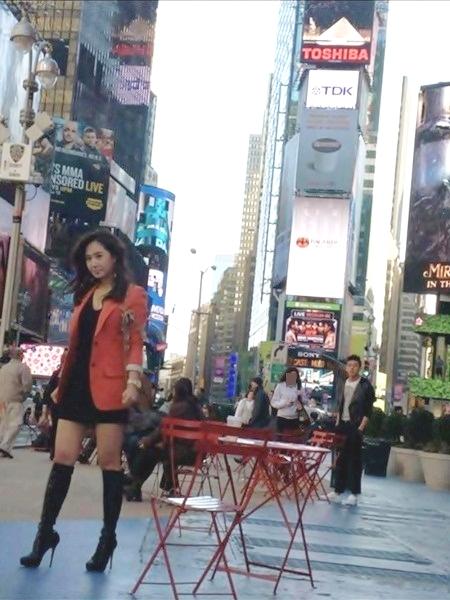 SBS(ソウル放送)のドラマ「ファッション王」に出演している少女時代のユリ(左、写真=オンラインコミュニティー掲示板)。