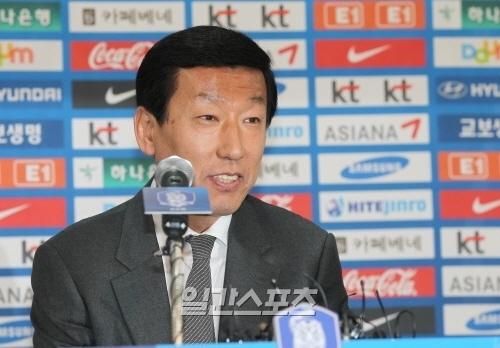 チェ・ガンヒ・サッカー代表チーム監督が5日午後、サッカー会館でW杯最終予選進出に関する記者会見をしている。