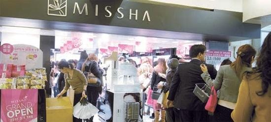 1日に東京・新宿にオープンした「MISSHA」店。多数の客で店内が混雑している。