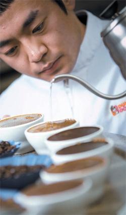 ダンキンドーナツのイ・ギュドンQレーダーがコーヒー豆をテストしている。