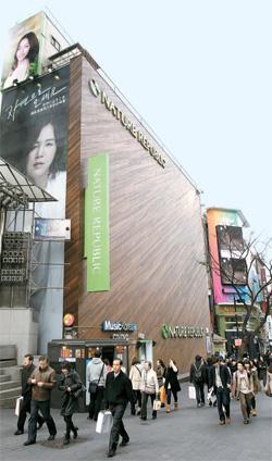 ソウル明洞の中心にある「ネイチャーリパブリック」店舗の1カ月の賃貸料は約2億ウォン(約1500万円、保証金)。韓流ブームで外国人観光客が増え、明洞の店舗の賃貸料が大きく上がっている。
