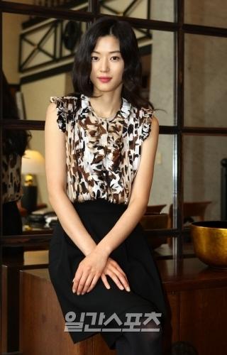 女優のチョン・ジヒョン。