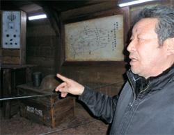 地下壕の通信室で当時の状況を説明する済州平和博物館のイ・ヨングン館長。