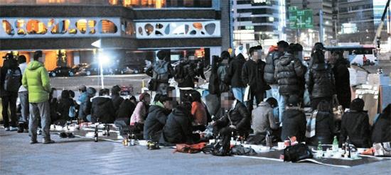 11日午前、ソウル広場に設置されたテント周辺に置かれたビールボークス。1日午後、ソウル広場で大学生デモ隊が酒を飲んでいる。 デモ隊は昨年12月からソウル汝矣島(ヨイド)韓国取引所前で行ってきた占拠デモを、この日、ソウル広場に移した。
