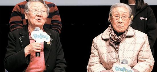 10日に開かれた歴史コンサートに証言者として出席したキム・ボクドンさん(右側)とキル・ウォンオクさん。