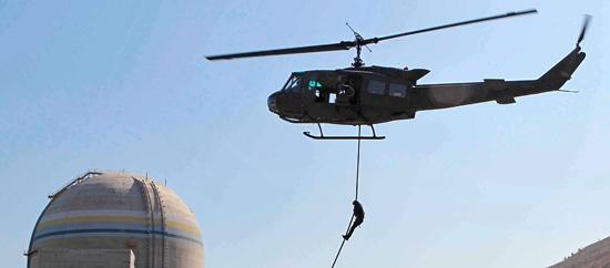 2012ソウル核安全保障サミットを2週間後に控えた13日、釜山市機張郡(プサンシ・キジャングン)の新古里(シンゴリ)原発で対テロ総合訓練が行われた。陸軍第53師団特殊任務隊の隊員がヘリコプターから下降するファストロープ訓練を行っている。この日の訓練は、会議期間中に発生するおそれがあるテロをはじめ、火災鎮圧・除毒作業・爆発物処理などの状況に備えるために行われた。