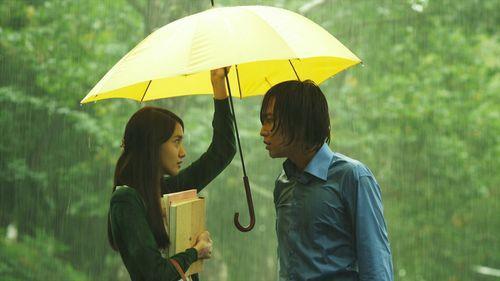 「愛の雨」でロマンチックな雰囲気を見せるユナとチャン・グンソク。