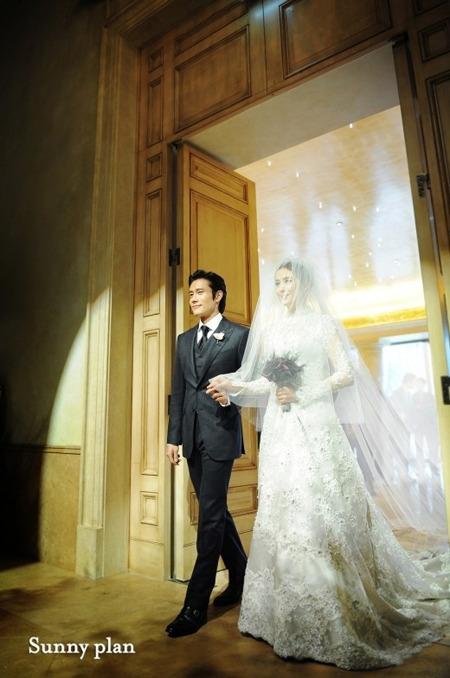 俳優のイ・ビョンホン(左)と妹のイ・ウンヒさん(写真=Sunny plan提供)。